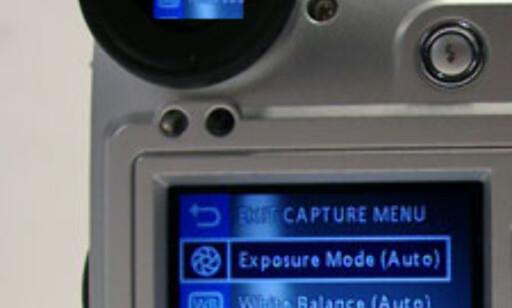 Både den vanlige søkeren og LCD-skjermen viser samme informasjon, men den vanlige søkeren slår seg først på når du legger øyet inntil.