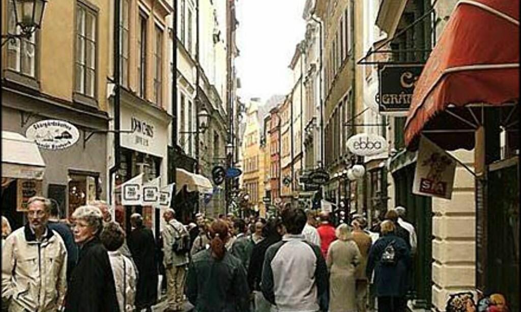 Hovedgaten i Gamle Stan er preget av suvenir-butikker. Stikk heller opp eller ned en av de rolige sidegatene.