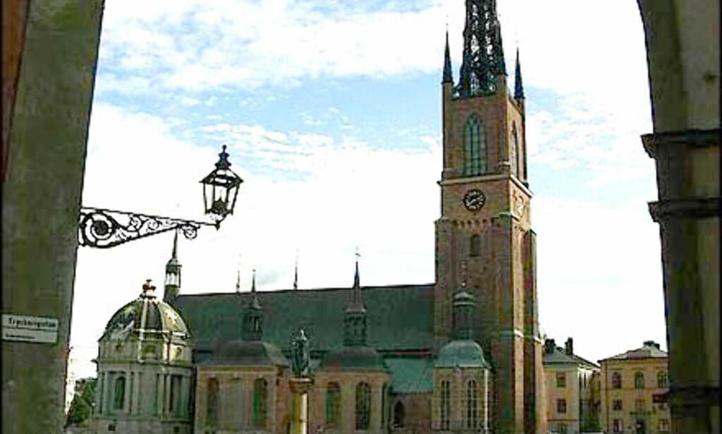 Kirken ligger på Ridderholmen, en av de mange små øyene som danner Stockholm sentrum.