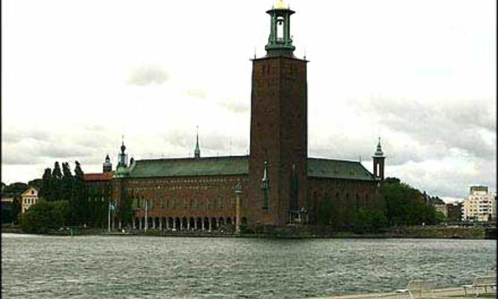 Stadshuset sett fra Ridderholmen. Tre kronor-symbolet troner på toppen av tårnet.