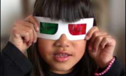 Priscilla tester 3D brillene fra KLM. Foto: Inga Holst