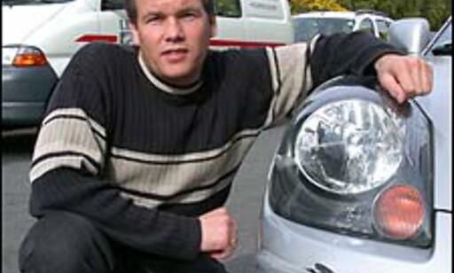 OVER 10.000 KR: - Her må vi skifte både støtfanger og høyre frontlykt. I tillegg må støtfangeren lakkeres, sier Tor Sigurd Simonsen, avdelingsleder for skadeavdelingen ved Toyota Øst på Oppsal i Oslo. Reparasjon av skaden på bildet kommer dermed opp i 10.659 kroner.