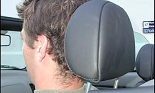 RIKTIG: Hodestøtten skal plasseres kant i kant med hodet og vinkles slik at den så vidt berører hodet.