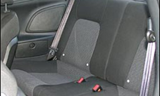 FARLIG: Det finnes fortsatt enkelte bilmodeller som leveres uten hodestøtter i baksetene. Her en Hyundai Coupe.