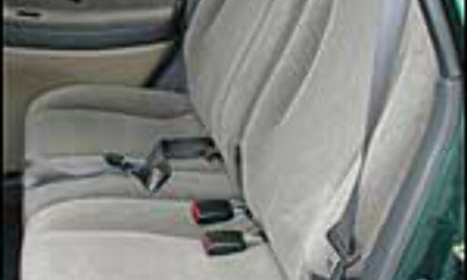 FARLIGE MANGLER: Denne bilen, en Suzuki Liana, mangler både hodestøtte og trepunktsbelte for midt-passasjeren i baksetet. Midt-plassen bør derfor ikke brukes.