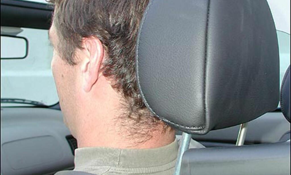 RIKTIG: Øvre kant av hodestøtten kant i kant med øvre del av hodet. Vinkelen justeres slik at hodestøtten så vidt berører hodet.