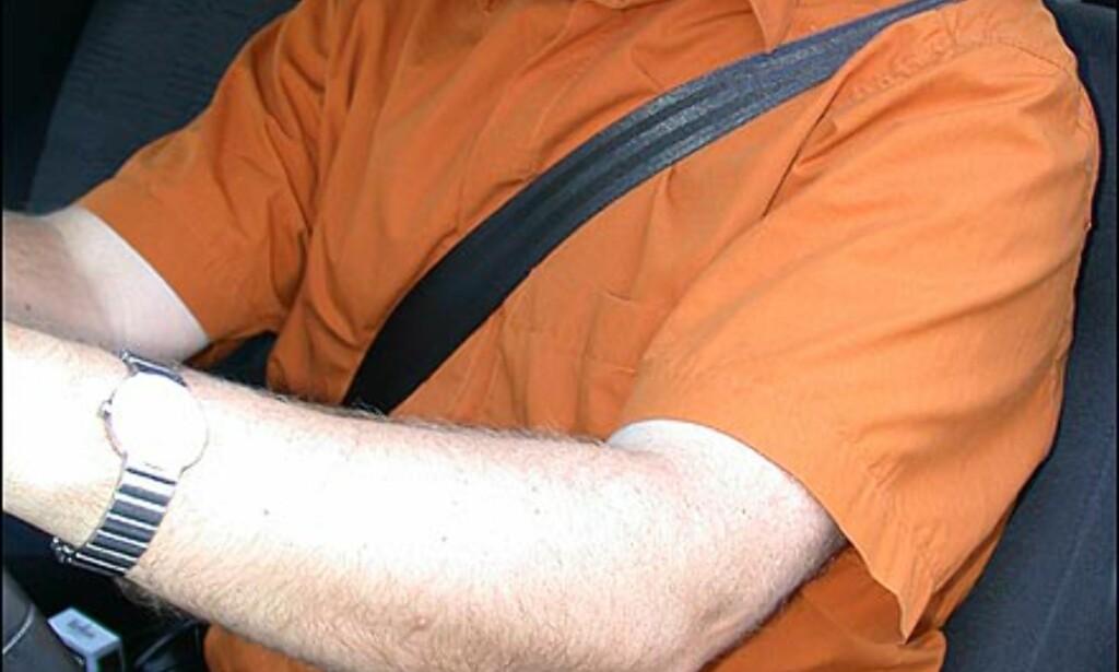 RIKTIG BELTEPLASSERING: Bilbeltet bør ligge umiddelbart over kravebenet og tett inntil kroppen.