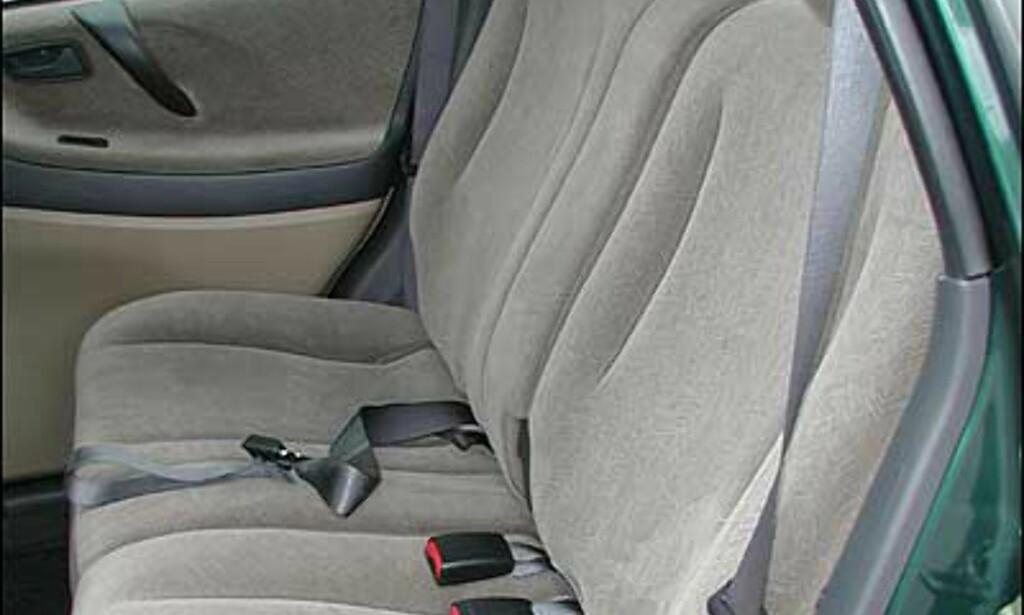 FARLIGE MANGLER: Denne bilen, en Suzuki Liana, mangler både hodestøtte og trepunktsbelte for midtpassasjeren i baksetet. Midtplassen bør derfor ikke brukes.