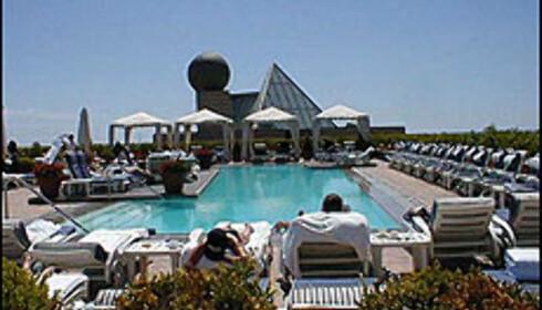 Hotel Arts basseng er utstyrt med Condè Nast Traveller, Vogue og solkremer fra Clarins. Foto: Inga Ragnhild Holst