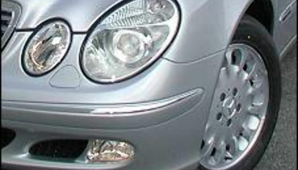 OVER OG UT FOR TÅKELYSENE: Dette blir forbudt fra 1. juli i år. Vi har forøvrig nylig testet denne bilen, en ny Mercedes-Benz E 220 CDI. Testen vil bli publisert i løpet av de nærmeste dagene.