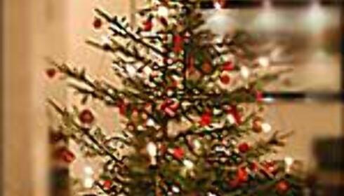 Et typisk norsk juletre med elektriske lys, stjerne i toppen og hjemmelaget pynt.