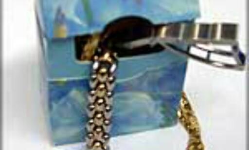 TO TING PÅ EN GANG: Gjem smykkene i tampongesken - de færreste innbruddtjuver fristes til å lete der.