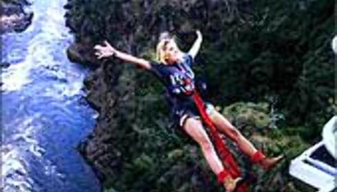 Linn Johansen i svevet over fra  Victoria Falls bridge. Foto: Privat Foto: Linn Johansen