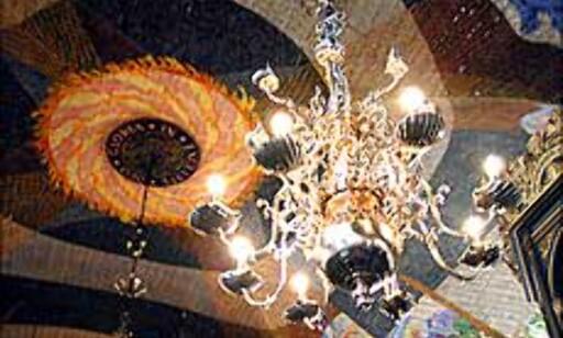 Under denne lysekronen og de fargesterke takmaleriene vil kronprinsen selv føre sin brud til alters lørdag. Vi har sett nærmere på domkirken.