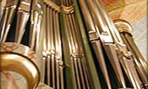 Dette orgelet står fremme i koret, og var nytt i 1996.