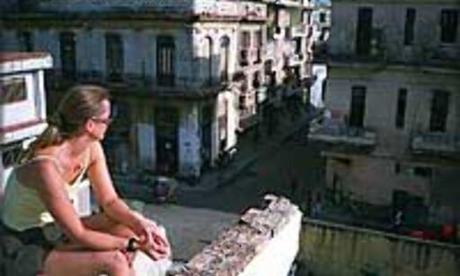 Janne Dalen sier hun er glad hun ikke er gutt. - Som enslig jente kommer du lett i kontakt med folk. Bildet er tatt i Havanna.