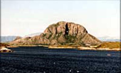Torghatten utenfor Brønnøysund. Hullet gjennom fjellet er 160 meter langt, 35 meter høyt og 15-20 meter bredt. Foto: Kristin Sørdal