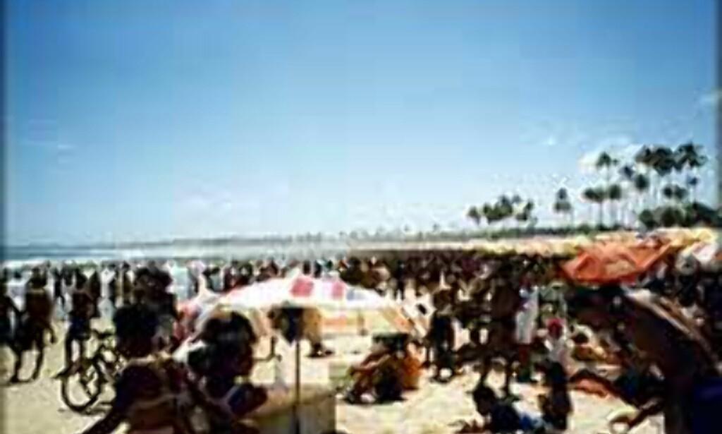 Tett befolket på stranden utenfor Salvador, på Brasils nord-østlige kyst. Foto: Christian