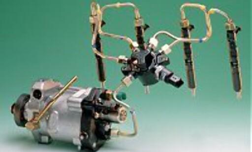 SAMSPILL: Nederst til venstre rotasjonspumpen som bringer diesel under høyt trykk til reservoaret (i midten). Fra reservoaret bringes drivstoffet via fire tynne rør til sylindrene.