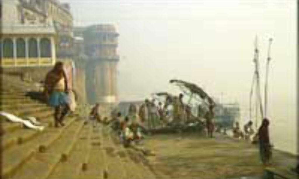 Varanasi, India: Det er spesielt gunstig å dø i pilgrimsbyen ved Ganges. I denne elva skyller inderne vekk syndene sine. <br /> <i>Fot: Kirsti van Hoegee</I>