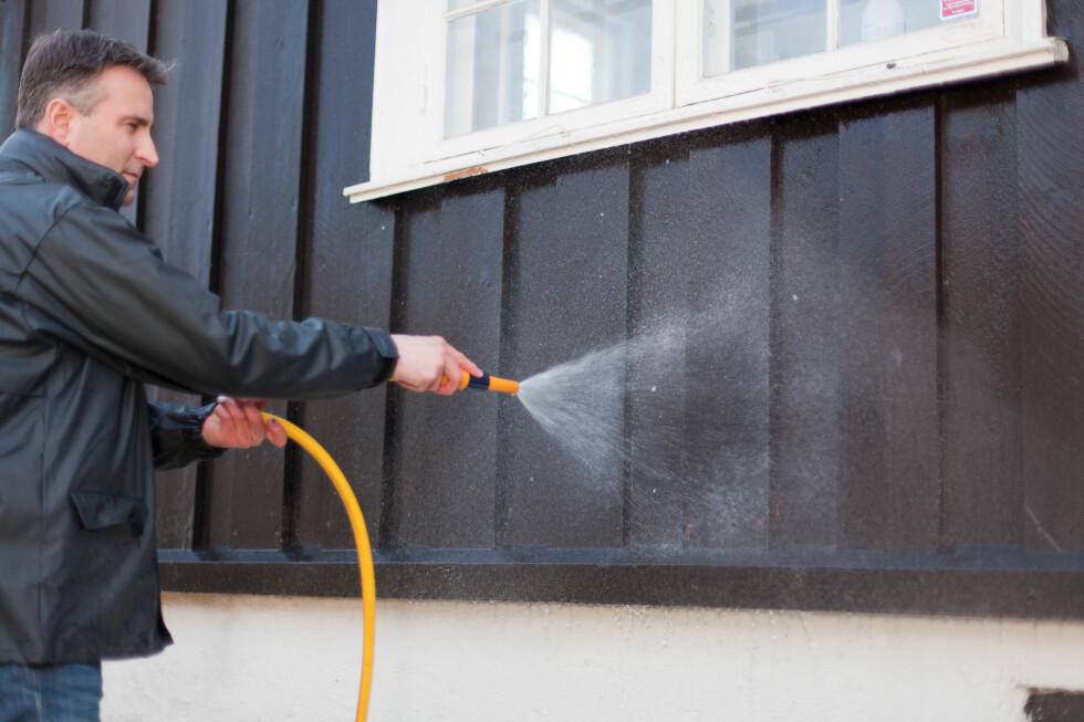 VENT! Har du vasket huset med vannslange, må du vente i mange dager før du starter beising eller maling - men har du vasket med høytrykkspyler, må du vente enda lenger! Foto: Kristian Owren / Ifi.no