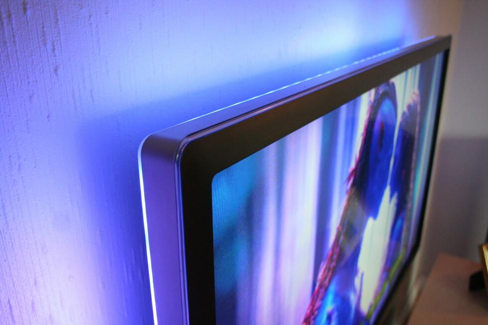 <strong>Ambilight:</strong> Legg merke til hvordan lyset fra Ambilighten varierer ut i fra hva som vises på skjermen.  Foto: Øyvind Paulsen