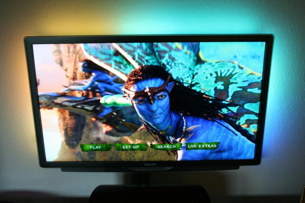 Avatar på Blu-ray er en opplevelse på denne TV-en. Legg forøvrig merke til Ambilight-funksjonen som du får på Philips toppmodeller. Små led-lamper bak TV-en (høyre, venstre og topp) lyser her opp veggen i takt med hva som vises på TV-en.  Foto: Øyvind Paulsen