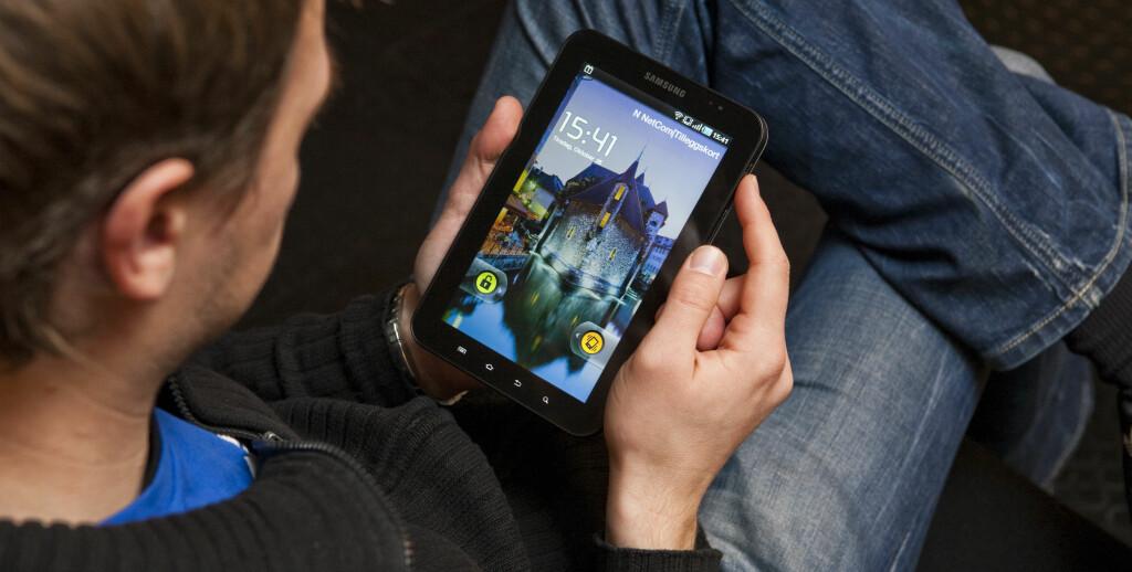 KOMFORT: Galaxy Tab er svært mobil, og kan holdes med én hånd uten problemer. Foto: Per Ervland