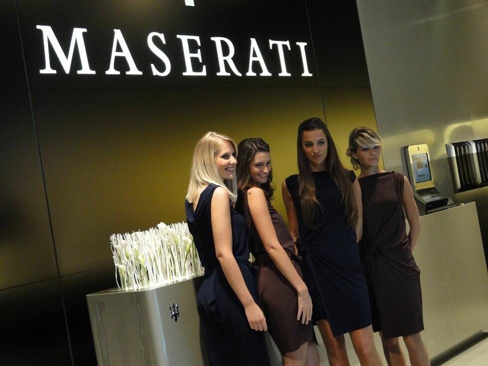 Hva, er dette en Maserati? Nei, selvfølgelig ikke. Men jentene er fortsatt en del av bilmessene.