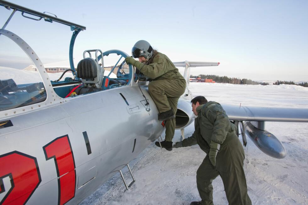 DinSides journalist på vei opp i en Aero L-29 jetjager, med bistand fra pilot Terje Traaholt. Flyturen skulle vise seg å bli usedvanlig innholdsrik. Foto: Per Ervland