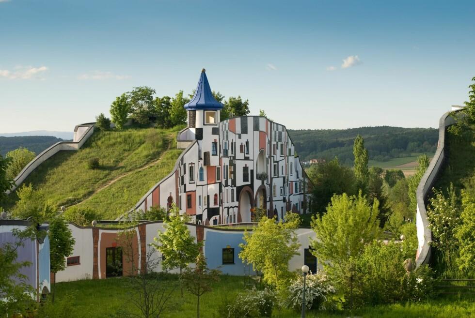 Rogner Bad Blumau er inspirert av kunstneren Hundertwasser, og har en noe original arkitektur. Foto: Rogner Bad Blumau