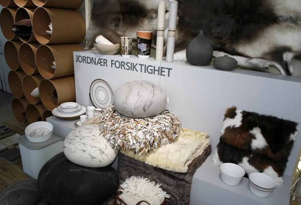 De naturlige nyansene står i fokus, grått, beige, brunt. Her ses blant annet servise og vaser fra Wik og Walsøe, filtputer (det som ser ut som store rullesteiner) fra Isandi, puter fra Isandi, rensdyrskinn fra Granberg garveri, keramikkvaser fra Lots Living, morter fra Anucka. Foto: Per Ervland
