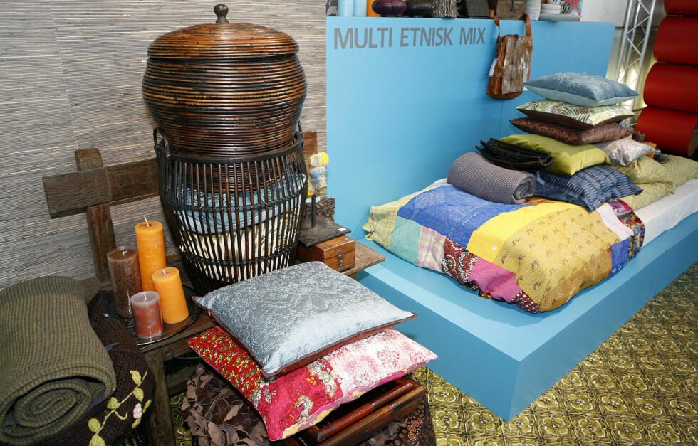 Puter fra Au maison, Lys og bambuskurver (på benk) fra Broste, benk, skrin, samt lappeteppe (på seng) fra Anouska. Sengesett fra Høie. Foto: Per Ervland