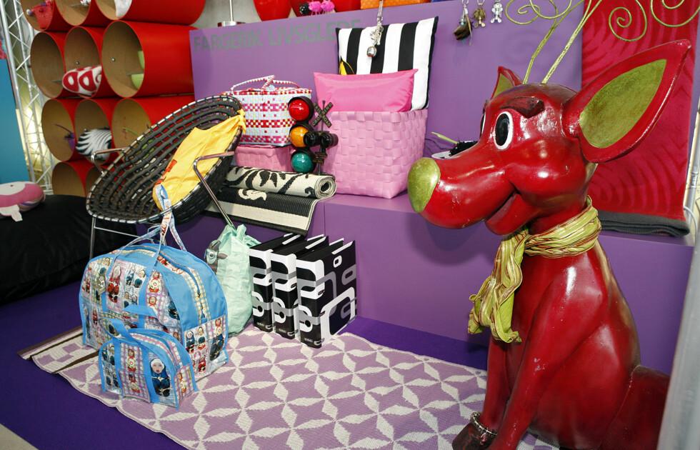 Treku fra Filipiniana Sweden, plastrye esker og bokser fra Mille Moi, Permer og Plastnett fra Døvigen, Skulderbag og stol fra Isandi konsept.  Foto: Per Ervland