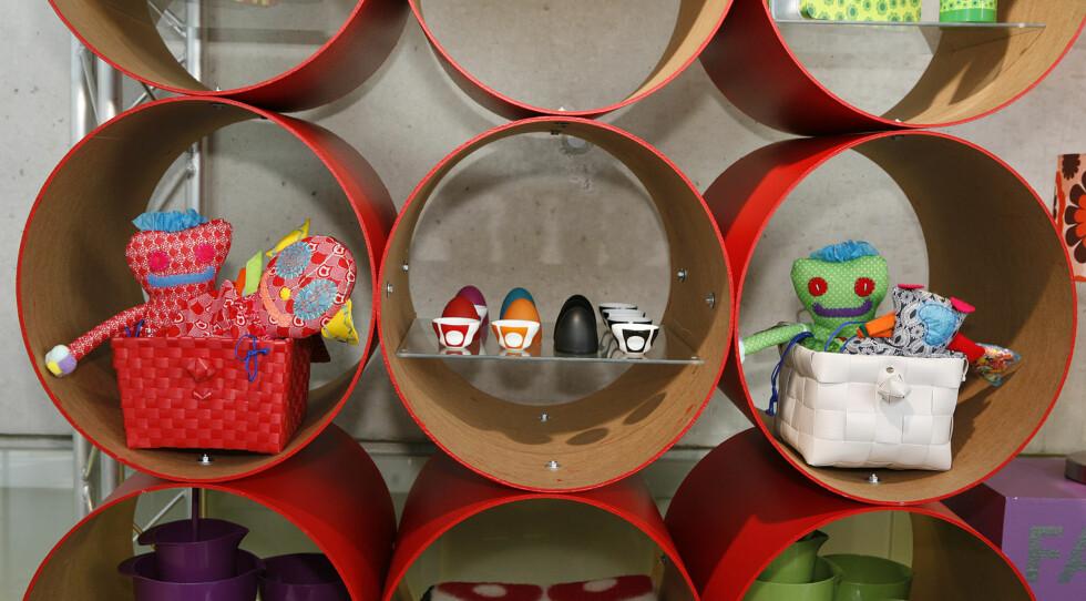 Plastkurver fra Mille Moi, fargerike fairtrade-dukker fra Isandi Konsept. De fargerike eggeglassene i midten fra Menu er signert Verner Panton.  Foto: Per Ervland