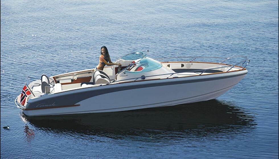 Cormate T-24 vil bli levert med motorer fra 170- 265 hk diesel (fart fra 40 til 50 knop) + bensinmotorer 220-320 hk (fart fra 44 til 55 knop). Priser med diesel fra 743.000, med bensin fra 695.000. Denne båten er ikke utstilt, men storebror T-27 er på plass.