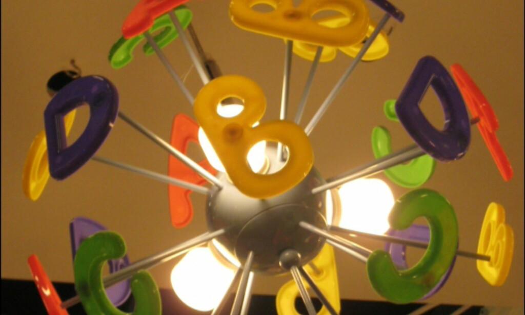 Se og lær alfabetet-lampe fra Lyktan.