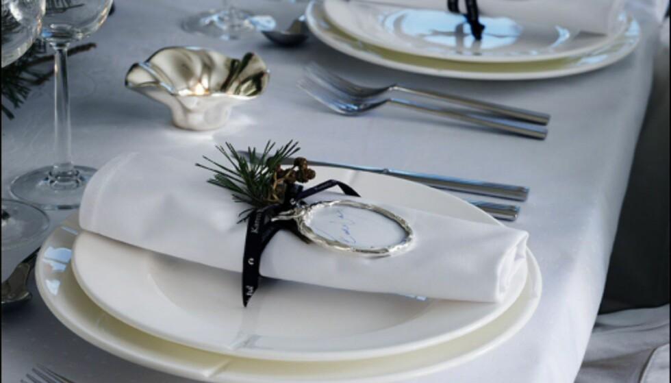 Rosendahl har utviklet en egen serie julepynt i år, inspirert av Karen Blixens danske hjem. Her er juletrepynt brukt som bordkort.