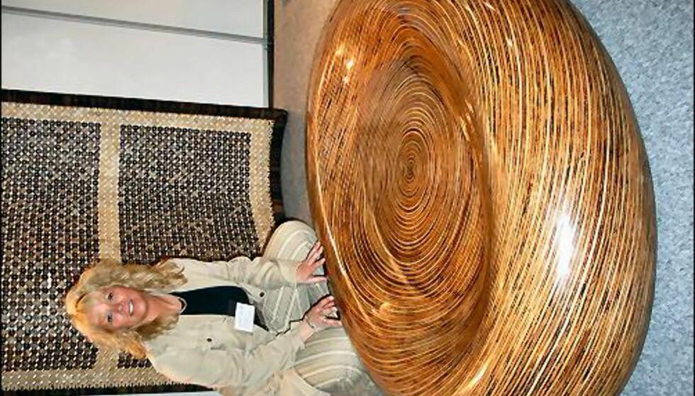 Dette håndlagde bordet er det kun laget to av. Det er vanntett, slik at du kan fylle vann under den medfølgende glassplaten (som her ikke er montert). Pris: Ca. 26.000 inkl. glassplaten. Fra Xuande import. Mer info: arne@xuande.com
