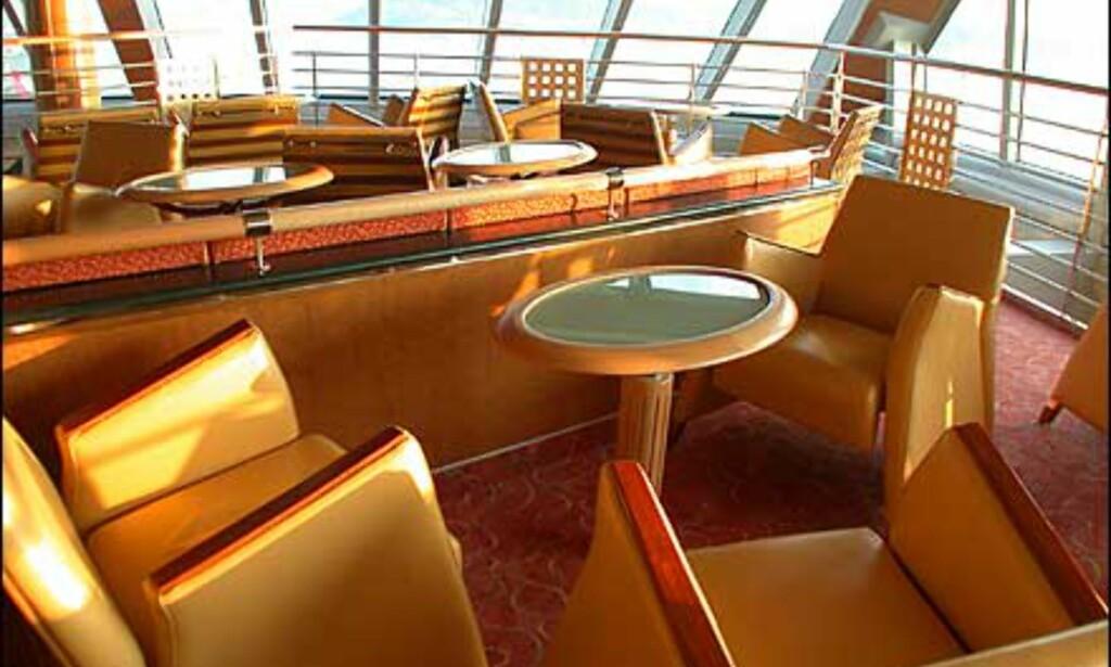 Stort felleslokale i båtens fremre del, med fantastisk utsikt og spesialdesignede møbler.