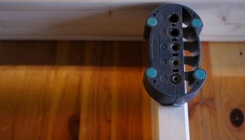 SMART KNEP: Bruk et håndholdt borestativ - da går skruen rett ned. FOTO: Simen Søvik