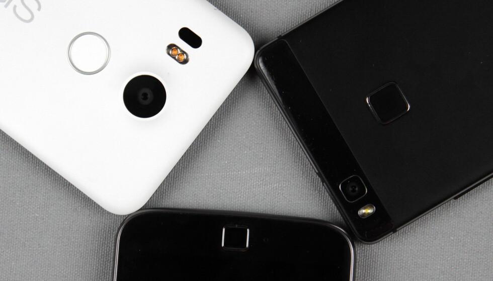 TO BAK, EN FORAN: Både LG Nexus 5X og Huawei P9 Lite har fingeravtrykksleserne plassert på baksiden, mens Motorola-telefonen har den plassert under skjermen. Foto: Pål Joakim Pollen