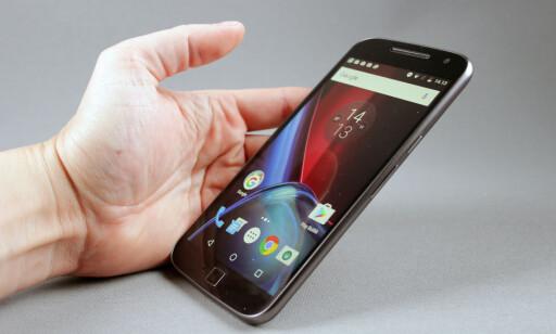 GOD INNSYNSVINKEL: Motorola-telefonen er den som holder best på lysstyrken og fargene når man ser på den fra siden. Foto: Pål Joakim Pollen