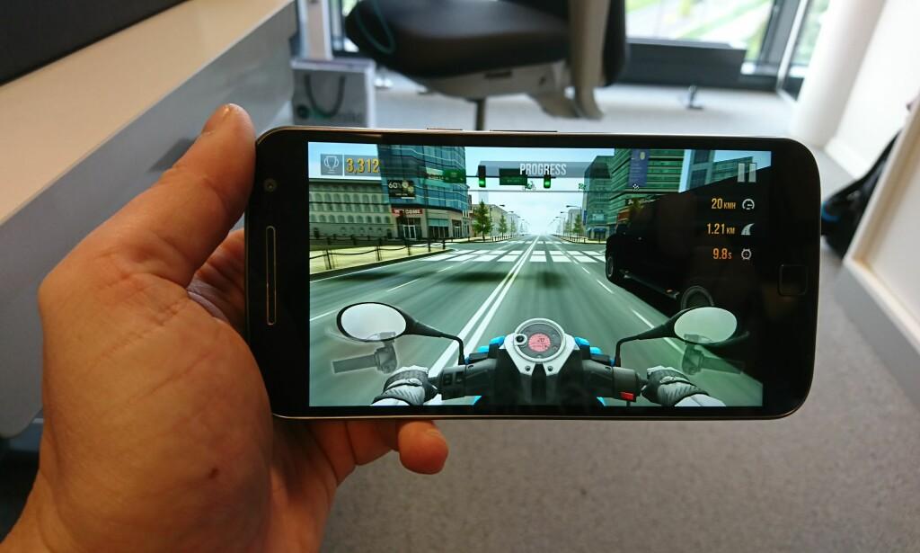 JODA, MAN KAN SPILLE: Selv om telefonene ikke presterer allverden i 3DMark-testen, flyter spill som Traffic Rider helt fint på alle tre. Foto: Pål Joakim Pollen