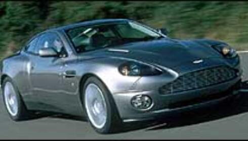 Bond kjører også Aston Martin i den siste filmen; men her en Aston Martin Vanquish.