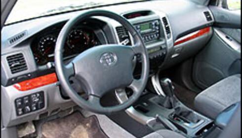 Landcruiseren har blitt en ekslusiv bil. Interiøret er skikkelig, men hvor er skinnsetene?