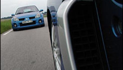 Store luftinntak sørger for nok luft til V6-motoren.