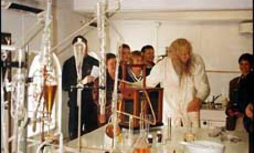 "Fra omvisningsforestillingen ""En Akevisitt"" på Løiten Brænderi. Foto: Løiten Brænderis nettsider, www.lbr.no Foto: Løiten Brænderi (www.lbr.no)"