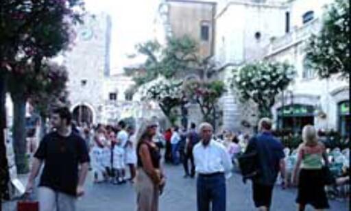 Paradegaten i Taormina er stedet å vise frem brunfargen. Foto: Stine Okkelmo