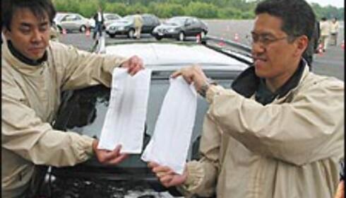 REN: Toyotas ingeniører demonstrerer hvor ren D-CAT-motoren er ved å holde lommetørkler foran eksosrøret til en ordinær Avensis D-4D og en D-4D D-CAT.